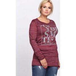 Bordowa Bluzka Different Me. Czerwone bluzki longsleeves marki Born2be, xl, z nadrukiem, z okrągłym kołnierzem. Za 24,99 zł.