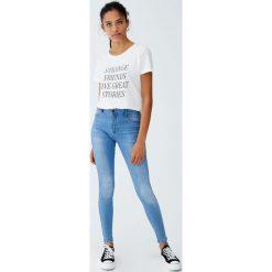 Jeansy second skin ze średnim stanem. Szare spodnie z wysokim stanem Pull&Bear, z jeansu. Za 79,90 zł.