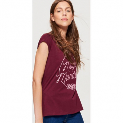 Koszulka z napisem - Bordowy. Czerwone t-shirty damskie marki Cropp, l, z napisami. Za 19,99 zł.