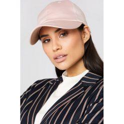 Czapki z daszkiem damskie: NA-KD Accessories Satynowa czapka z daszkiem – Pink