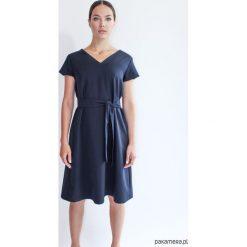 SIMPLICITY DEEP NAVY granatowa sukienka. Niebieskie sukienki hiszpanki Pakamera, na co dzień, midi, trapezowe. Za 450,00 zł.