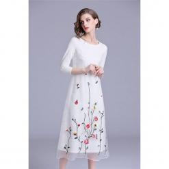 Sukienka w kolorze białym. Białe sukienki marki Zeraco, z okrągłym kołnierzem, midi. W wyprzedaży za 349,95 zł.