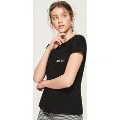 T-shirt z kieszenią - Czarny. Czarne t-shirty damskie Sinsay, l. Za 19,99 zł.