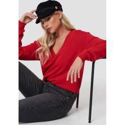 NA-KD Basic Bluza basic z dekoltem V - Red. Czerwone bluzy rozpinane damskie NA-KD Basic. Za 100,95 zł.