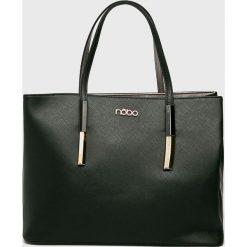 Nobo - Torebka. Czarne torebki klasyczne damskie Nobo, w paski, z poliesteru, duże. W wyprzedaży za 189,90 zł.