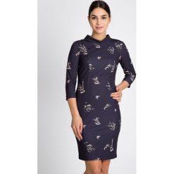 Granatowa sukienka z rękawem 3/4 QUIOSQUE. Szare sukienki balowe marki QUIOSQUE, do pracy, w kwiaty, z tkaniny, z golfem, dopasowane. W wyprzedaży za 109,99 zł.
