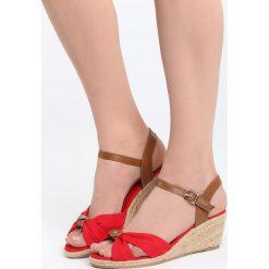 Czerwone Sandały We're Going. Czerwone sandały damskie marki Born2be, z materiału, na koturnie. Za 79,99 zł.