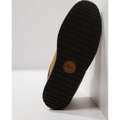 Lacoste JARMUND Botki sznurowane dark tan. Brązowe botki męskie Lacoste, z materiału, na sznurówki. Za 599,00 zł.