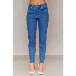 NA-KD Jeansy The Future Equals Female - Blue. Niebieskie jeansy damskie NA-KD, z nadrukiem, z bawełny. W wyprzedaży za 60,89 zł.