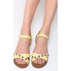 Żółte Sandały Float On. Żółte sandały damskie vices, na płaskiej podeszwie. Za 79,99 zł.