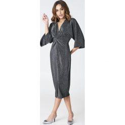 Sukienki hiszpanki: Hannalicious x NA-KD Brokatowa sukienka kimono z rozcięciem – Black