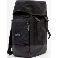 Czarny plecak górski. Czarne plecaki męskie Pull&Bear. Za 139,00 zł.
