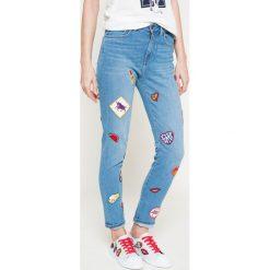Tommy Hilfiger - Jeansy Gigi Hadid. Niebieskie jeansy damskie rurki marki TOMMY HILFIGER, z podwyższonym stanem. W wyprzedaży za 499,90 zł.