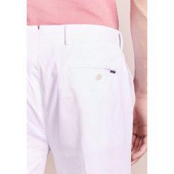 Hackett London KENSINGTON SLIM Spodnie materiałowe optic white. Białe chinosy męskie marki Hackett London, z bawełny. W wyprzedaży za 353,40 zł.