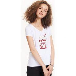 T-SHIRT KRÓTKI RĘKAW DAMSKI. Szare t-shirty damskie Top Secret, z nadrukiem, z klasycznym kołnierzykiem. Za 19,99 zł.