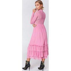 NA-KD Boho Siateczkowa sukienka z falbanką - Pink. Niebieskie sukienki boho marki NA-KD Boho, na imprezę, w koronkowe wzory, z koronki, na ramiączkach, mini. Za 242,95 zł.
