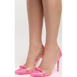 Fuksjowe Szpilki The High Road. Różowe szpilki marki Born2be, z tworzywa sztucznego, na wysokim obcasie. Za 74,99 zł.