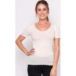 Koszulka w kolorze kremowym. Białe bluzki longsleeves Mare, m, prążkowane, klasyczne, z okrągłym kołnierzem. W wyprzedaży za 159,95 zł.