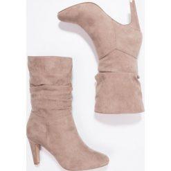 Anna Field Kozaki na obcasie taupe. Różowe buty zimowe damskie Anna Field, z materiału, na obcasie. W wyprzedaży za 126,75 zł.