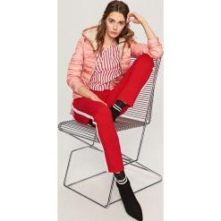 Pikowana kurtka z kapturem - Pomarańczo. Różowe kurtki chłopięce z kapturem marki Reserved. W wyprzedaży za 69,99 zł.