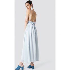 Schanna x NA-KD Sukienka z odkrytymi plecami - Blue. Niebieskie sukienki na komunię Schanna x NA-KD, dekolt w kształcie v. Za 283,95 zł.