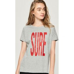 T-shirt z napisem - Jasny szar. Szare t-shirty damskie marki Sinsay, l, z napisami. W wyprzedaży za 14,99 zł.