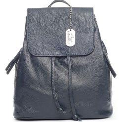 Plecaki damskie: Skórzany plecak w kolorze granatowym – 29 x 32 x 12 cm