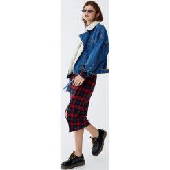 Spódnica midi w kratkę z guzikami. Niebieskie spódniczki marki Pull&Bear. Za 79,90 zł.