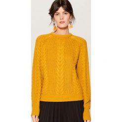 Sweter z warkoczowym splotem - Żółty. Żółte swetry klasyczne damskie marki ekoszale, ze splotem. Za 119,99 zł.
