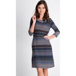 Sukienka w pasy z paskiem QUIOSQUE. Szare sukienki dzianinowe QUIOSQUE, na jesień, w kolorowe wzory, z golfem. W wyprzedaży za 99,99 zł.