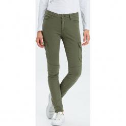 """Dżinsy """"Alan Cargo"""" - Skinny Fit - w kolorze khaki. Brązowe rurki damskie marki Cross Jeans, z aplikacjami. W wyprzedaży za 136,95 zł."""