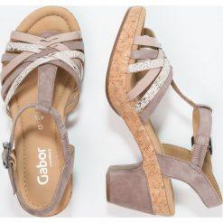 Gabor WIDE FIT  Sandały na platformie dark nude. Różowe sandały damskie Gabor, z materiału, na platformie. Za 499,00 zł.