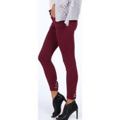 Jeansy z perełkami na nogawkach bordowe 1036. Czerwone jeansy damskie Fasardi. Za 99,00 zł.