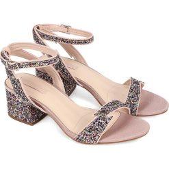 Sandały damskie: Sandały w kolorze srebrnym ze wzorem
