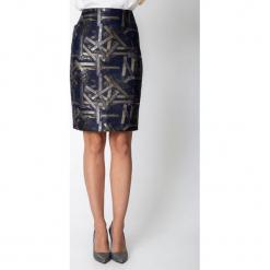 Granatowa spódnica ze złotym wzorem QUIOSQUE. Żółte spódnice wieczorowe marki QUIOSQUE, w geometryczne wzory, z tkaniny, ołówkowe. Za 149,99 zł.
