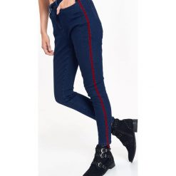 JEANSOWE SPODNIE DAMSKIE Z PODWYŻSZONYM STANEM I LAMPASEM. Niebieskie spodnie z wysokim stanem Top Secret, na jesień, z jeansu. Za 64,99 zł.