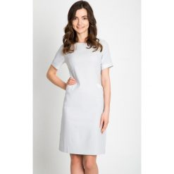 Jasnoszara sukienka z kieszeniami QUIOSQUE. Szare sukienki dzianinowe marki QUIOSQUE, s, w grochy, z krótkim rękawem, mini. W wyprzedaży za 79,99 zł.