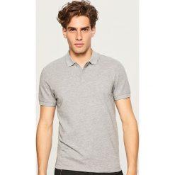 Koszulka polo w drobny wzór - Jasny szar. Szare koszulki polo marki Reserved, l. W wyprzedaży za 49,99 zł.