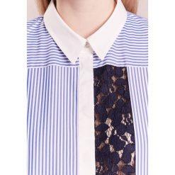 IBlues ASTERIX Koszula light blue. Czerwone koszule damskie marki iBlues, l, z materiału. W wyprzedaży za 354,50 zł.