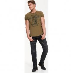 T-SHIRT KRÓTKI RĘKAW MĘSKI Z NADRUKIEM. Szare t-shirty męskie z nadrukiem Top Secret, na jesień, m, z bawełny. Za 24,99 zł.