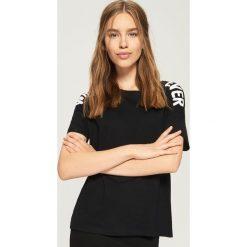 Koszulka z napisami - Czarny. Czarne t-shirty damskie marki Sinsay, l, z napisami. W wyprzedaży za 14,99 zł.