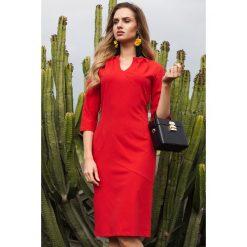 SIMONA Ołówkowa sukienka z przeszyciem po środku i zakładkami przy dekolcie - czerwona. Czerwone sukienki hiszpanki Moe, do pracy, biznesowe, ołówkowe. Za 179,90 zł.