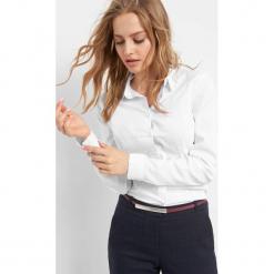 Dopasowana koszula. Białe koszule wiązane damskie Orsay, z bawełny, eleganckie, z klasycznym kołnierzykiem. Za 59,99 zł.