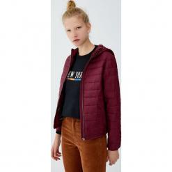 Pikowana kurtka z kapturem. Czerwone kurtki damskie pikowane marki Pull&Bear, z kapturem. Za 79,90 zł.