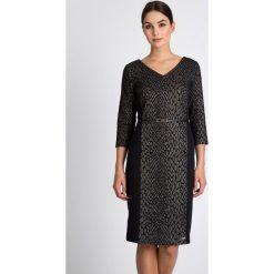Elegancka sukienka z dekoltem V QUIOSQUE. Szare sukienki balowe QUIOSQUE, do pracy, uniwersalny, w jednolite wzory, z materiału, z dekoltem na plecach, ołówkowe. W wyprzedaży za 79,99 zł.