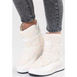 Białe Śniegowce Snow Globe. Białe buty zimowe damskie vices, z materiału, z okrągłym noskiem, na płaskiej podeszwie. Za 109,99 zł.