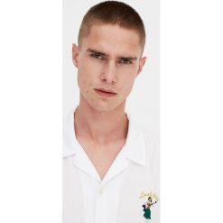 Koszula z krótkim rękawem z haftem. Czerwone koszule męskie marki Pull&Bear, m. Za 62,90 zł.
