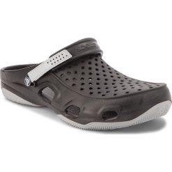 Klapki CROCS - Swiftwater Deck Clog M 203981 Black/Light Grey. Czarne klapki męskie marki Crocs, z tworzywa sztucznego. W wyprzedaży za 149,00 zł.