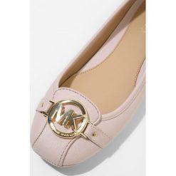 MICHAEL Michael Kors FULTON MOC Baleriny soft pink. Czarne baleriny damskie marki MICHAEL Michael Kors, z gumy, przed kolano, na wysokim obcasie. Za 399,00 zł.
