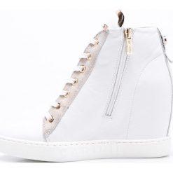 Carinii - Botki. Szare buty zimowe damskie Carinii, z materiału, z okrągłym noskiem, na koturnie, na sznurówki. W wyprzedaży za 359,90 zł.
